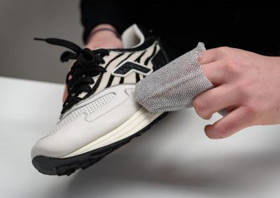 how-to-use-sneakers-wipes2