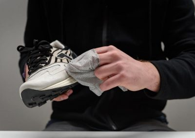 how-to-use-sneakers-wipes3